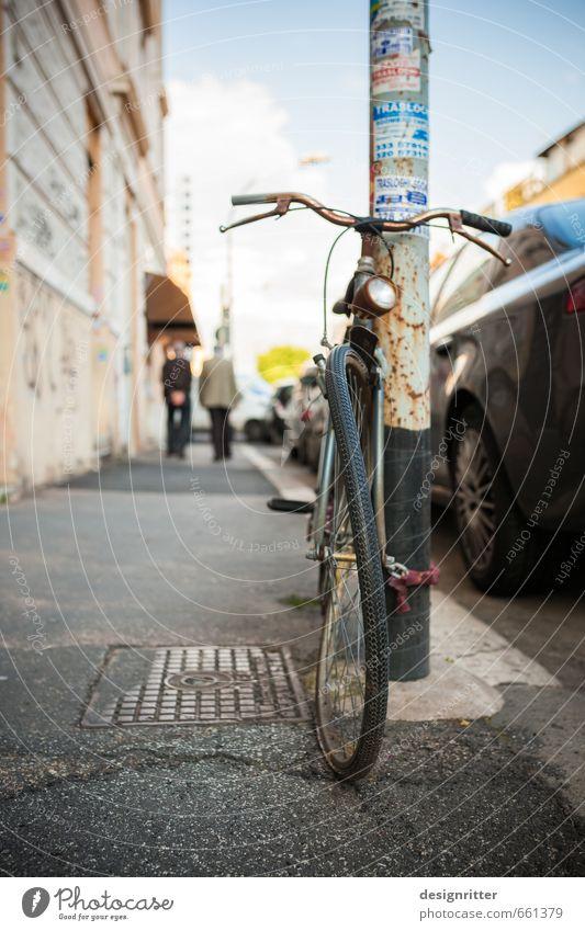 Acht du Schreck! Stadt Stadtrand Personenverkehr Straßenverkehr Fahrradfahren Wege & Pfade stehen warten alt dreckig einfach kaputt retro braun gold Müdigkeit