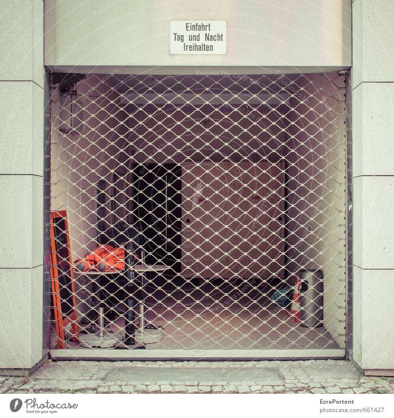 Einfahrt Haus Tor Bauwerk Gebäude Architektur Mauer Wand Fassade Verkehr Dekoration & Verzierung Zeichen Schilder & Markierungen Hinweisschild Warnschild Linie