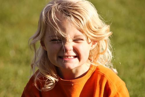 Endlich Sonne! Freude Gesundheit Kinderspiel Muttertag Kindererziehung Kindergarten Mensch Mädchen Kindheit Kopf 1 3-8 Jahre Natur Frühling Sommer Wiese