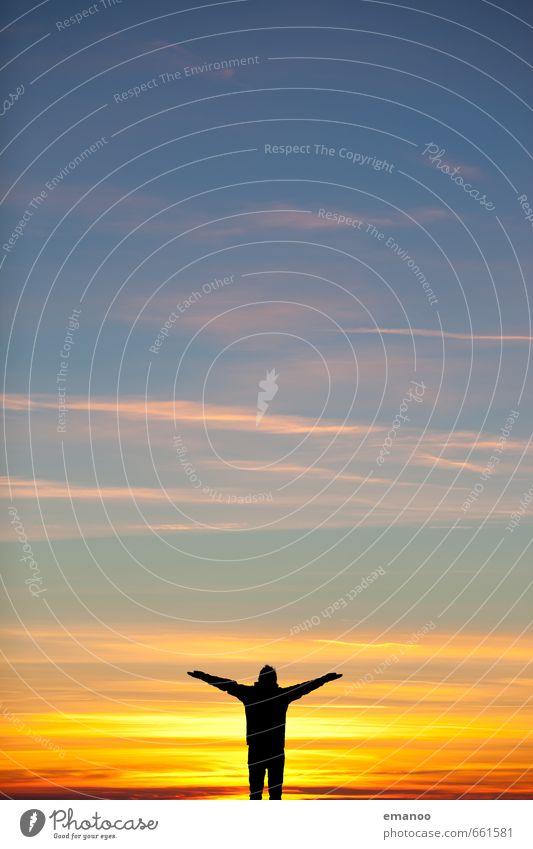 Mann im Himmel Mensch Natur Ferien & Urlaub & Reisen blau Sonne Erholung ruhig Wolken Freude Ferne gelb Erwachsene Gefühle Freiheit