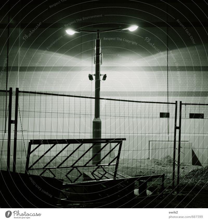 Nocturne ruhig dunkel Wand Mauer leuchten trist Technik & Technologie gefährlich bedrohlich Schutz Straßenbeleuchtung Zaun Wachsamkeit Barriere Gitter stagnierend