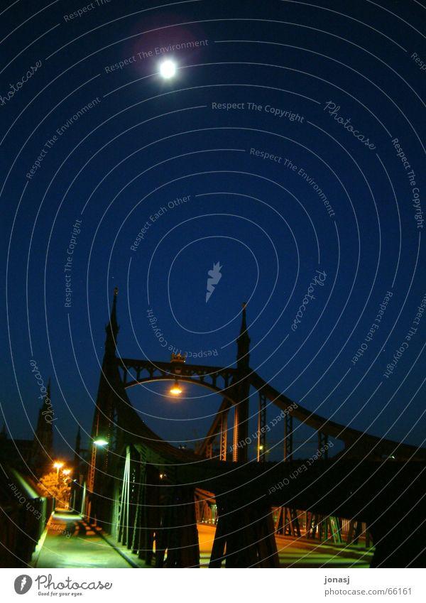 Übergang in die Dunkelheit Stadt blau dunkel Brücke Laterne Mond Ulm Vor dunklem Hintergrund