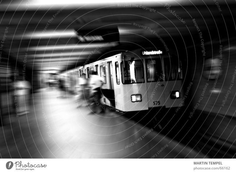 subway to uhlandstrasse Schwarzweißfoto Innenaufnahme Textfreiraum unten Bewegungsunschärfe Schwache Tiefenschärfe Weitwinkel Technik & Technologie Stadt