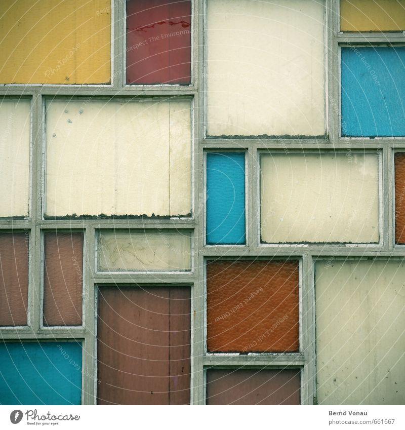 Buntglas Haus Architektur Fenster Beton Glas alt dreckig retro blau gelb grün weiß Farbe Ordnung beige Fuge Rechteck Wand Farbfoto mehrfarbig Außenaufnahme