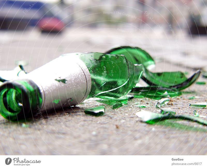 Broken glas Straße Flasche Alkoholisiert Bierflasche zerschlagen