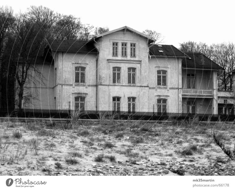 Strandausblick verfallen Haus grau Strandhaus Unbewohnt Unbewohnbar Verfall Villa vergangen ehemalig Vergangenheit alt Schwarzweißfoto b/w old Stranddüne