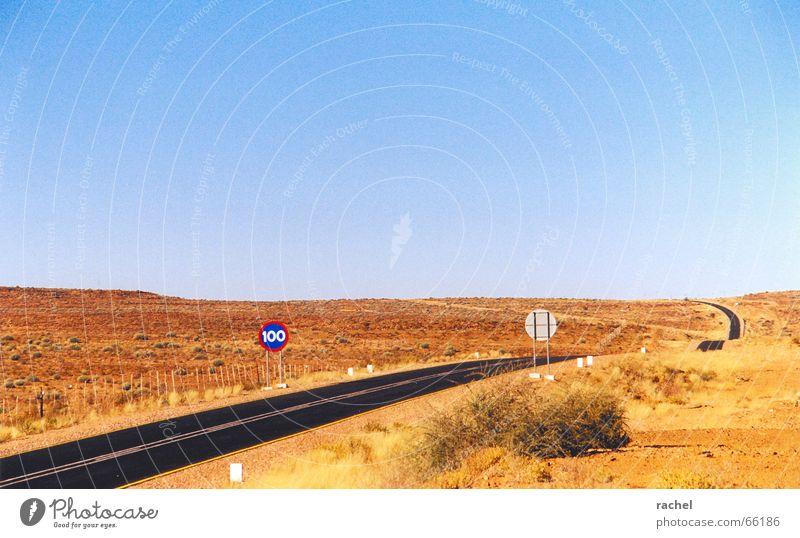 N7 Namibia Landstraße Fernstraße leer Menschenleer Halbwüste Asphalt Verkehrsschild Geschwindigkeitsbegrenzung Horizont Namaqualand Einsamkeit Ödland