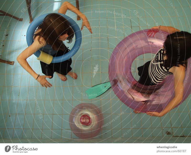 joke. Schwimmbad leer 2 Mädchen Vogelperspektive Kreis Schwimmhilfe blau
