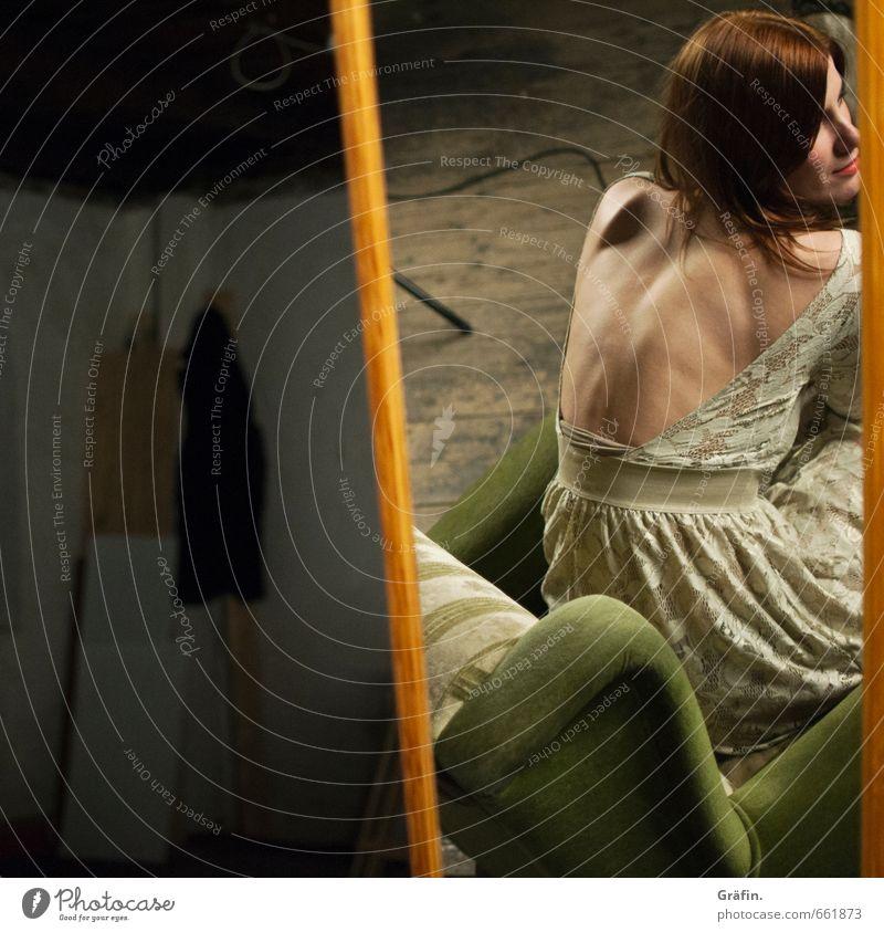 STUDIO TOUR | Spieglein Spieglein Mensch feminin Junge Frau Jugendliche Körper 1 18-30 Jahre Erwachsene Spiegel beobachten sitzen elegant Pause schön warten