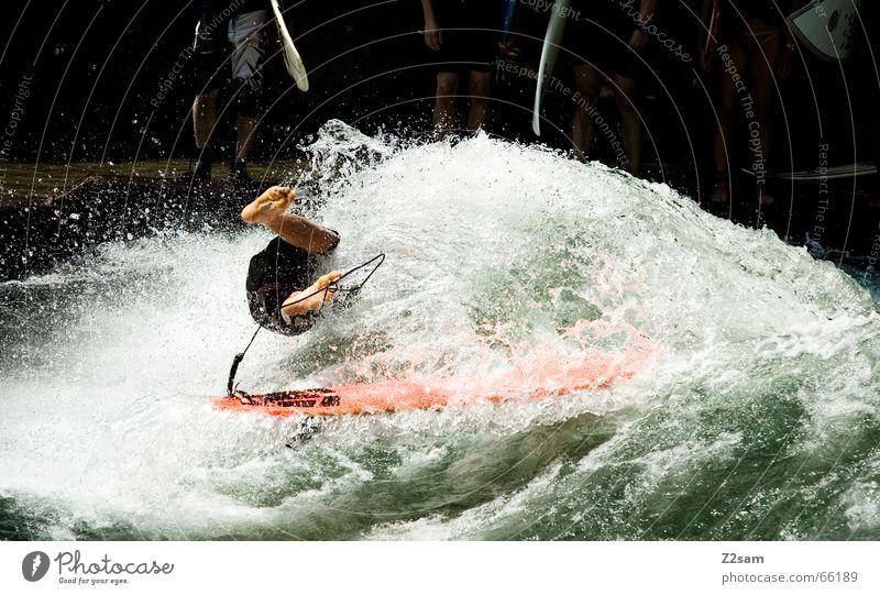 Citysurferslam Surfer Wassersport Winter kalt Anzug Neopren Surfen Wellen Stil München Zufriedenheit nass Sport grün Mann lässig Körperhaltung Sturz Funsport