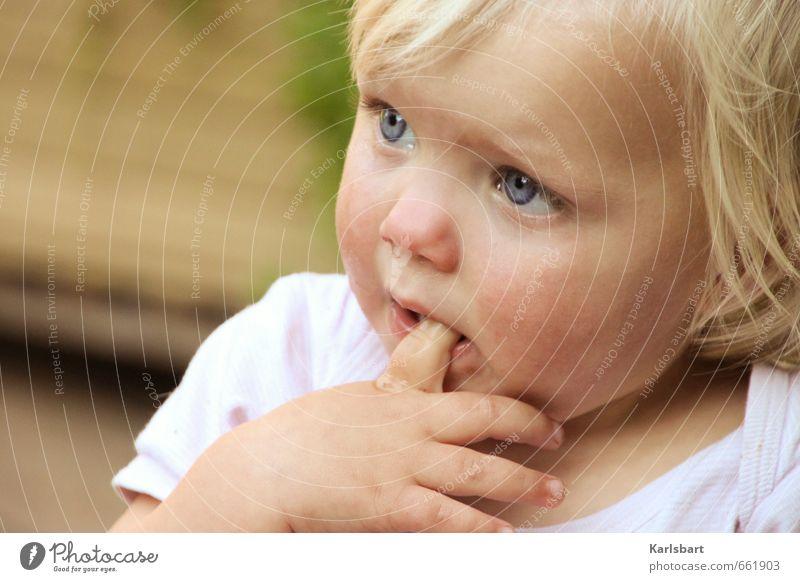 Ich lutsch doch keine Daumen! Mensch Kind Hand Mädchen Gesicht Gefühle Bewegung Gesundheit Stimmung blond Kindheit Baby Finger lernen T-Shirt Wachsamkeit
