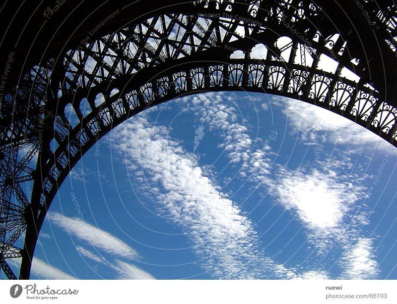 Eiffelturm Tourismus Sommer Himmel Wolken Paris Frankreich Europa Hauptstadt Turm Bauwerk Architektur Tour d'Eiffel Stahl beobachten stehen alt groß Romantik