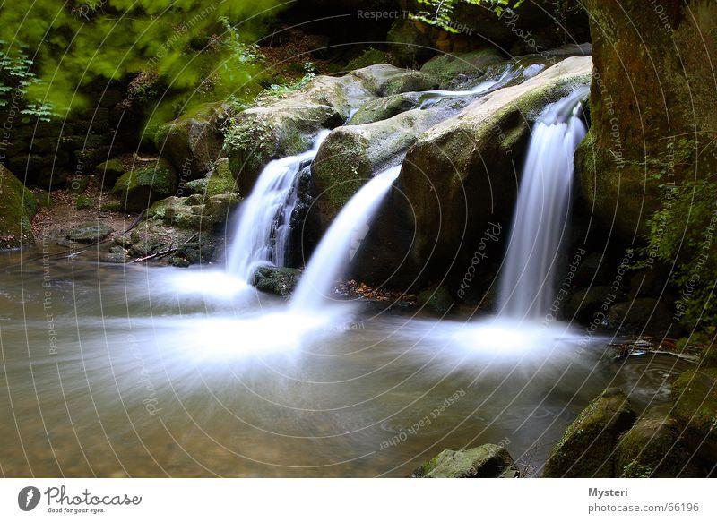Müllerthal die Zweite Schiessentümpel Langzeitbelichtung Mitte müllerthal Luxemburg Wasser Wasserfall canon Schwarzweißfoto Erfrischung