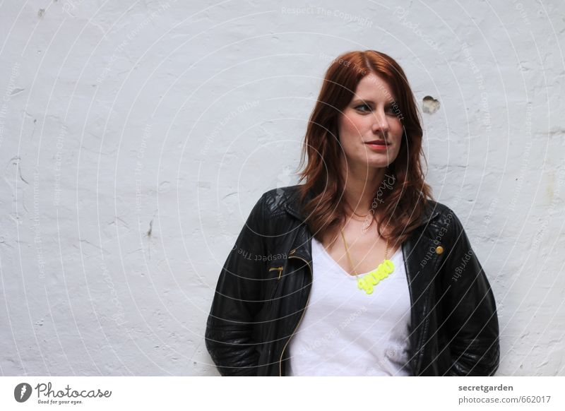 STUDIO TOUR | du lebst nur einmal Stil Raum feminin Junge Frau Jugendliche Erwachsene 1 Mensch 18-30 Jahre T-Shirt Jacke Accessoire Schmuck Haare & Frisuren