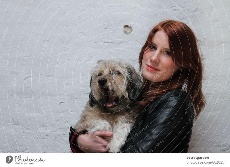 STUDIO TOUR | hund mit frauchen Hund Mensch Jugendliche schön weiß Junge Frau Tier 18-30 Jahre Erwachsene Wand Gefühle feminin Mauer Haare & Frisuren Glück