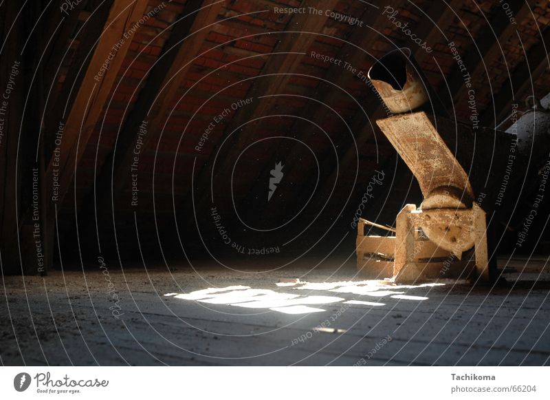 Goliaths Kornspeicher David und Goliath Dachgeschoss Sonnenlicht Holz Holzfußboden gruselig beklemmend Einsamkeit kornhaus Leitung alt Rost spinnenweben Metall