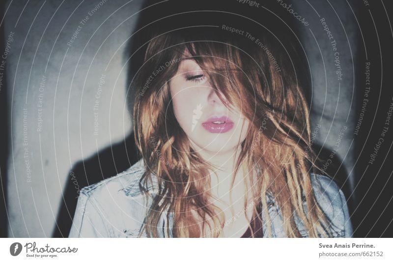 nachts! feminin Junge Frau Jugendliche Haare & Frisuren Gesicht 1 Mensch 18-30 Jahre Erwachsene Mauer Wand Jeansjacke langhaarig kalt trashig Coolness