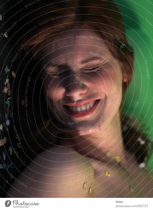 STUDIO TOUR | . Mensch feminin Körper Kopf Lippen Zähne 1 Konfetti rothaarig langhaarig lachen Freude Fröhlichkeit selbstbewußt Mut Leidenschaft Vertrauen