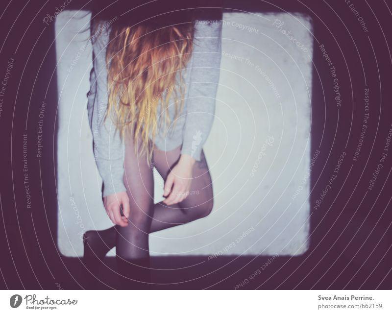 ! ! feminin Junge Frau Jugendliche Haare & Frisuren Arme Beine Fuß 1 Mensch 18-30 Jahre Erwachsene Mauer Wand Pullover Strumpfhose rothaarig langhaarig stehen