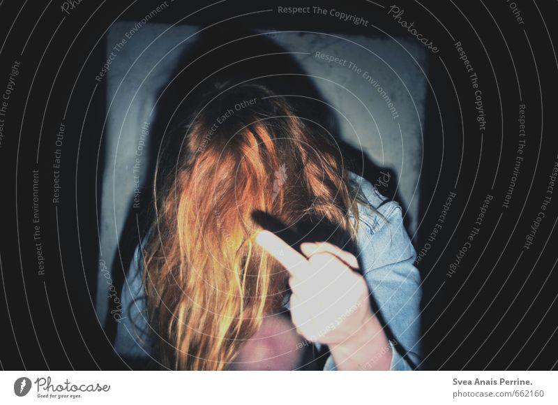 fuck off feminin Junge Frau Jugendliche Haare & Frisuren Hand Finger 1 Mensch 18-30 Jahre Erwachsene Mauer Wand Jeansjacke rothaarig langhaarig sitzen trashig