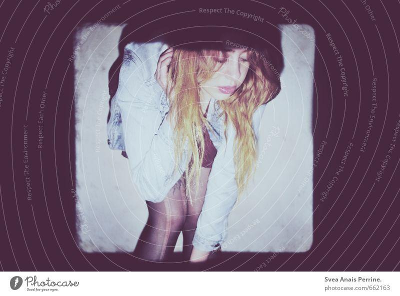 [_] Mensch Jugendliche Junge Frau 18-30 Jahre dunkel Gesicht Erwachsene Wand feminin Mauer Haare & Frisuren Stil Beine Mode dreckig stehen