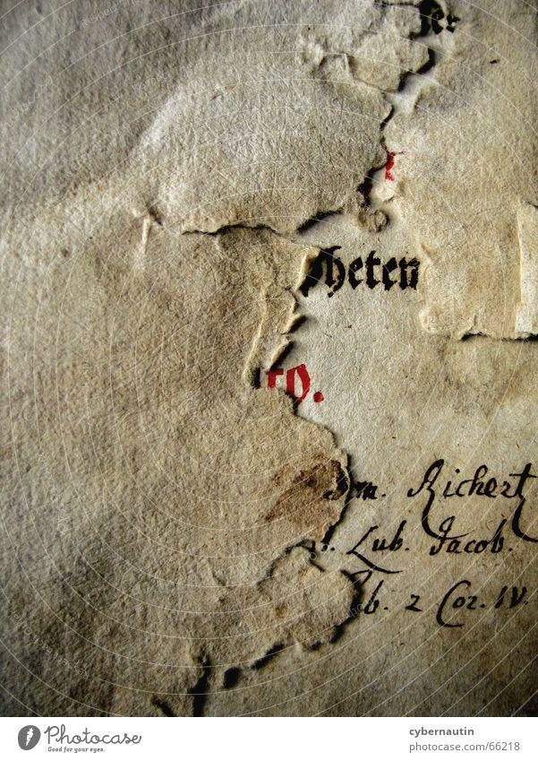 Lochfraß alt Buch Papier lesen Buchstaben Wut Seite Typographie Strukturen & Formen Erinnerung vergilbt Handschrift biblisch