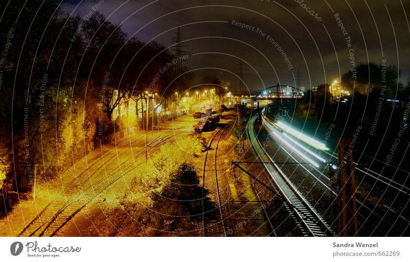 Zugfahrt bei Nacht Ferien & Urlaub & Reisen Ferne Bewegung Freiheit Zeit Arbeit & Erwerbstätigkeit Energiewirtschaft Tourismus Geschwindigkeit Ausflug Eisenbahn