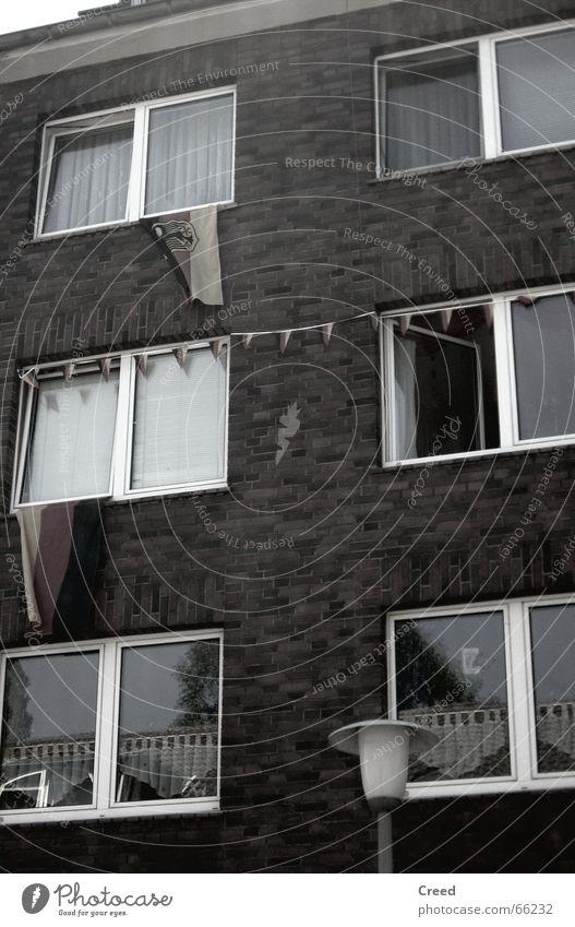und sie hängen immer noch rot Haus schwarz Fenster Deutschland gold Stolz