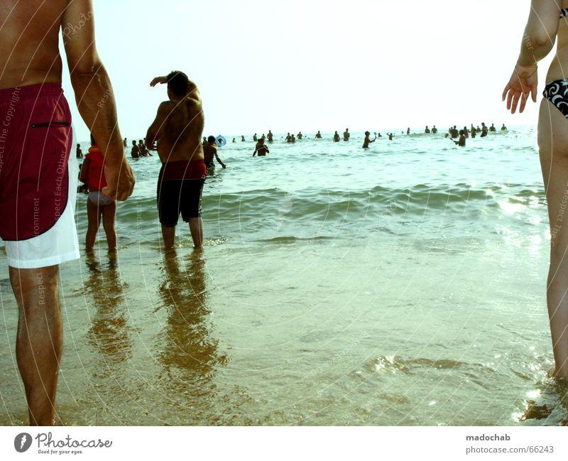 WAITING FOR THE FLUT Meer Mensch Mann Frau Horizont Strand stehen Blick links rechts Am Rand Hand Badehose Sommer Sonne Ferne Ferien & Urlaub & Reisen