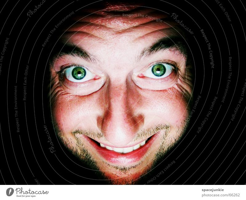 Die Hitze macht mich irre! Mensch Mann grün Gesicht schwarz Auge dunkel Mund Wärme verrückt Physik grinsen Freak