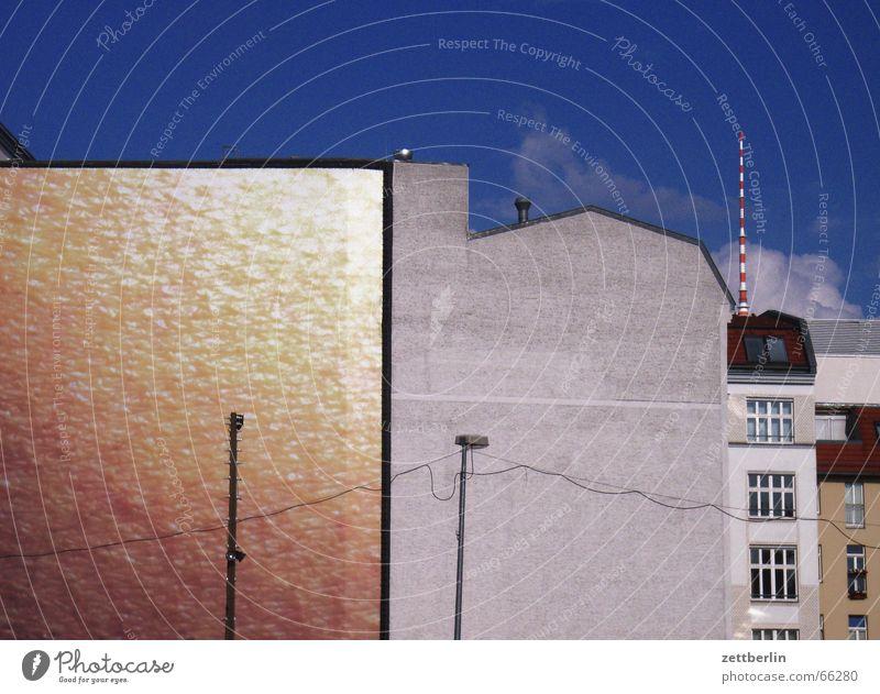 Fassaden Stadt Sommer Berlin Wand grau Mauer glänzend gold Laterne Antenne Berliner Fernsehturm matt Textfreiraum Brandmauer