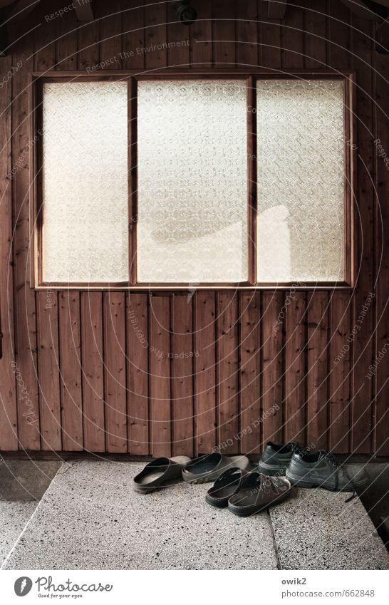 Schuh bi du Mauer Wand Fassade Fenster Kammer Schuhe Sandale Abstellplatz Treppenabsatz warten geduldig ruhig Langeweile stagnierend Zufriedenheit Pause