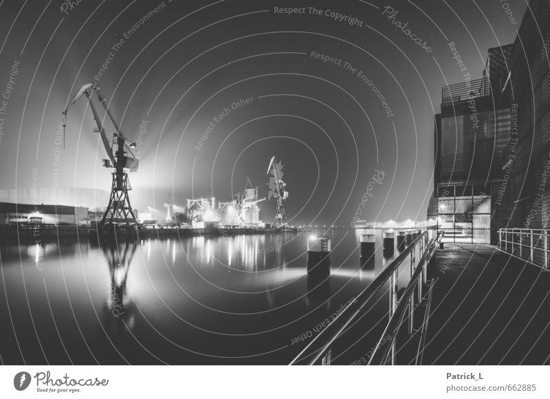 Nachtschicht Wasser Himmel Nachthimmel Stern Ostsee Schifffahrt Hafen groß schwarz weiß Kran Wismar Hafenstadt Arbeit & Erwerbstätigkeit Lichtschein