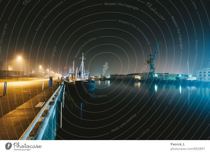 Hafen bei Nacht Schifffahrt Fischerboot Schwimmen & Baden Wasserfahrzeug schwarz Wismar Straßenbeleuchtung Kran Einsamkeit ruhig Farbfoto Außenaufnahme