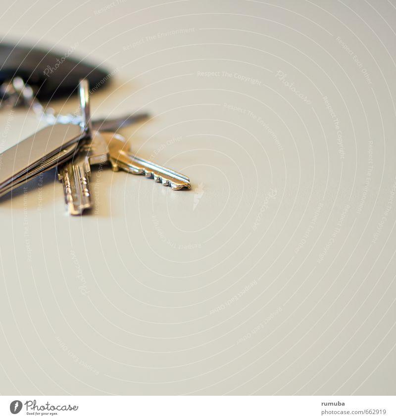 Schlüssel-Szene Wohnung Tür Häusliches Leben Sicherheit Schutz Schlüsseldienst taschenmesser Schlüsselanhänger aufschließen Farbfoto Innenaufnahme