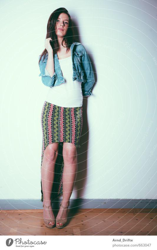 Portrait Mode schön Körper Dielenboden Wand Mensch feminin Junge Frau Jugendliche Erwachsene 1 18-30 Jahre Mauer Bekleidung T-Shirt Rock Jeansjacke rothaarig