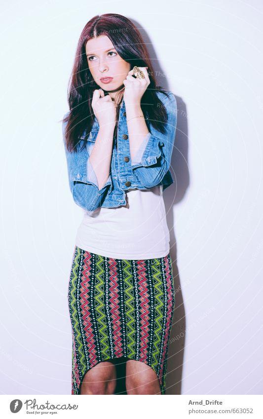 Portrait Stil schön Körper Mensch feminin Junge Frau Jugendliche Erwachsene 1 18-30 Jahre Mode Bekleidung Rock Jacke brünett langhaarig Scheitel trendy dünn