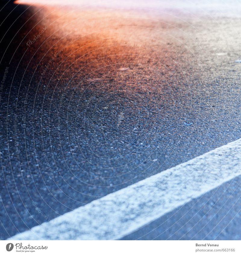 unterm rad Stadt Stadtzentrum Verkehr Verkehrswege Autofahren Straße blau grau rot schwarz weiß Markierungslinie Neigung Asphalt Reflexion & Spiegelung Boden