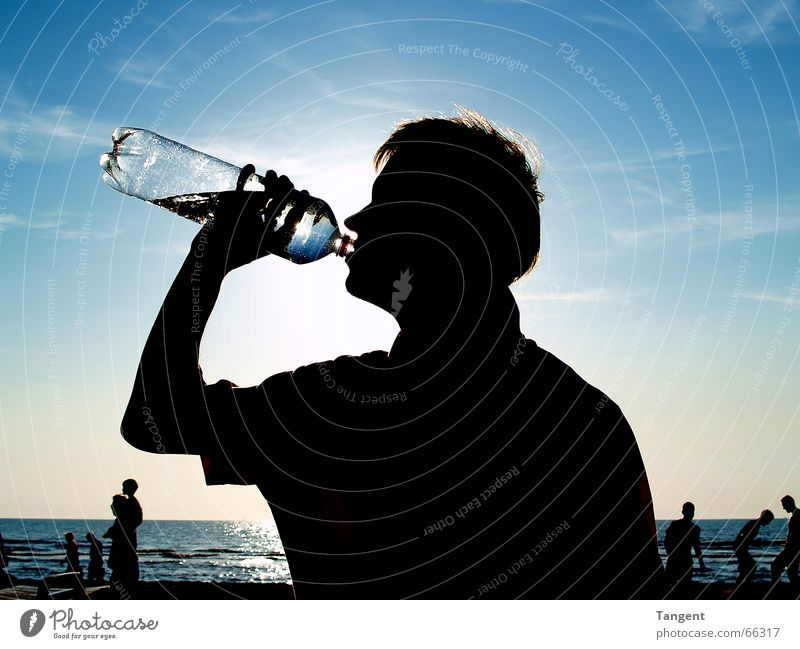 Durst Mensch Himmel Wasser Jugendliche Strand Ferien & Urlaub & Reisen Meer Erwachsene Gesundheit maskulin Trinkwasser Getränk trinken Flüssigkeit Flasche