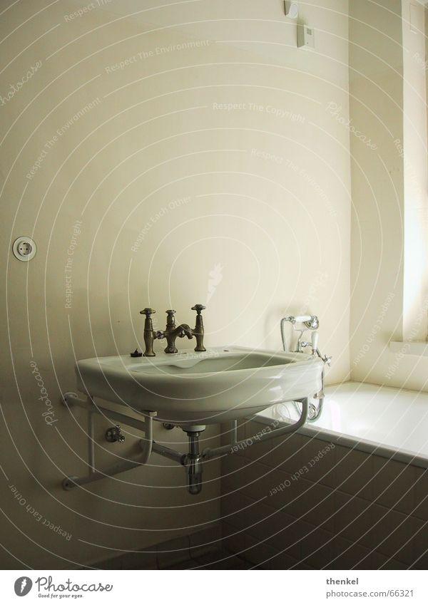 Meisterhaus Bad unpersönlich geschmackvoll Waschbecken erhaben kalt Bauhaus reduzieren ästhetisch 20ger jahre Wasser funktionalität