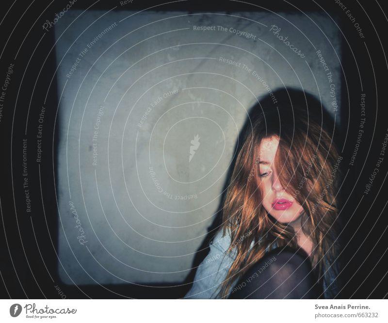 ! feminin Junge Frau Jugendliche Haare & Frisuren Lippen Knie 1 Mensch 18-30 Jahre Erwachsene Mauer Wand Jeansjacke Strumpfhose rothaarig langhaarig sitzen