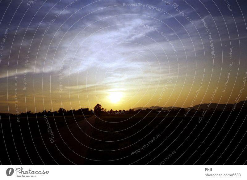 der Sonne hinterher... Sonnenuntergang Himmel Berge u. Gebirge Straße Sky Großenwieden