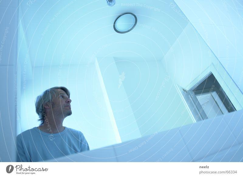 blaulicht Mensch Mann Gesicht Einsamkeit hell Spiegel