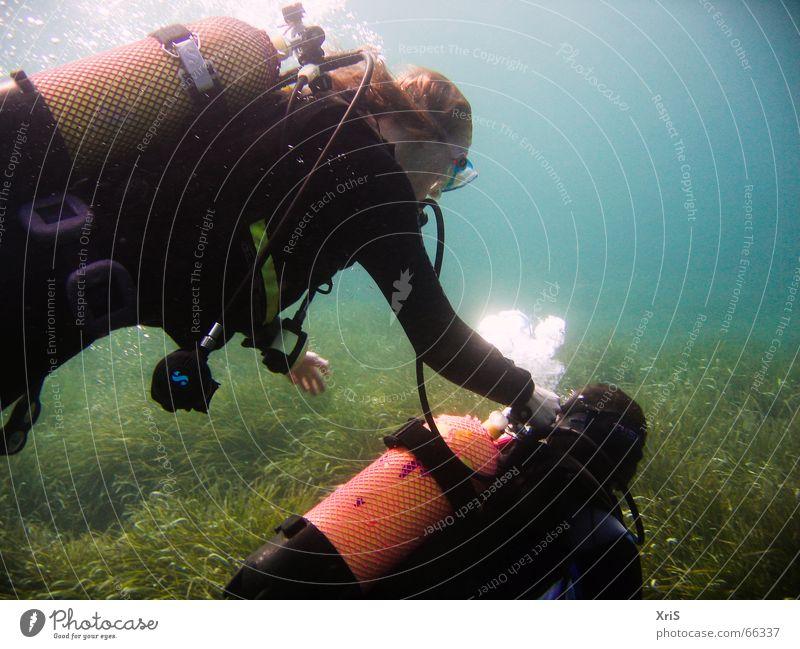 Mallorca - Party Unterwasser 3 tauchen Taucher Tauchgerät Luftblase Algen grün diver diving Unterwasseraufnahme underwater buddy bubbles Schwimmhilfe fins blau
