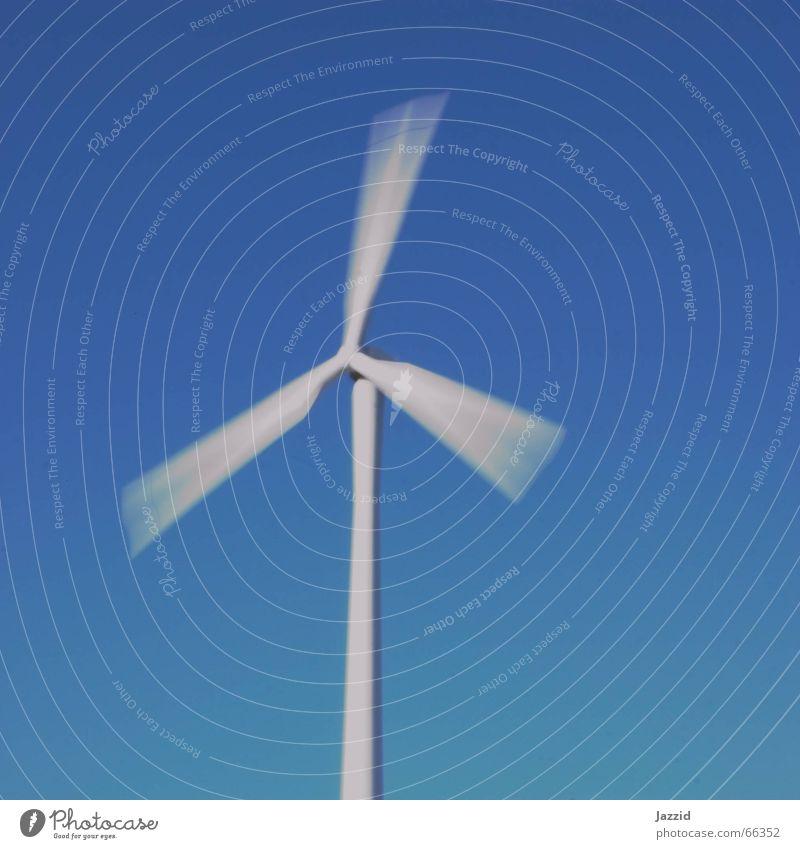 Windrad weiß Windkraftanlage drehen Langzeitbelichtung Quadrat Himmel blau Energiewirtschaft Erneuerbare Energie Bewegung Kontrast Kraft