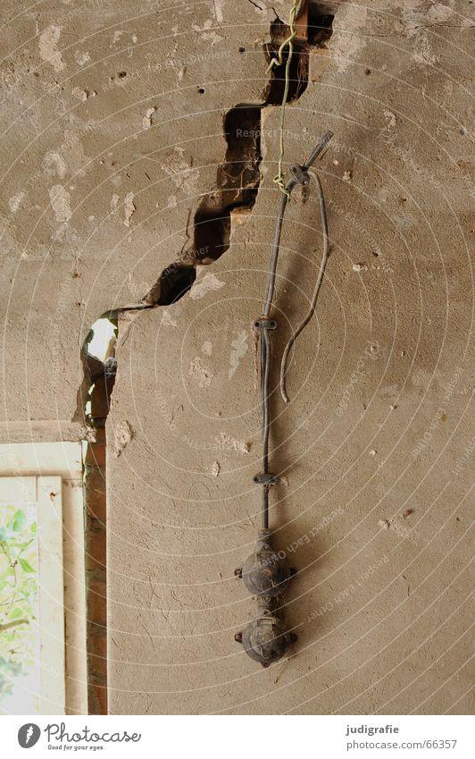 Wird schon halten! Fenster Mauer Feste & Feiern Energiewirtschaft Elektrizität kaputt Vertrauen Verbindung Ruine Riss Putz Garage Leitung Demontage Knoten