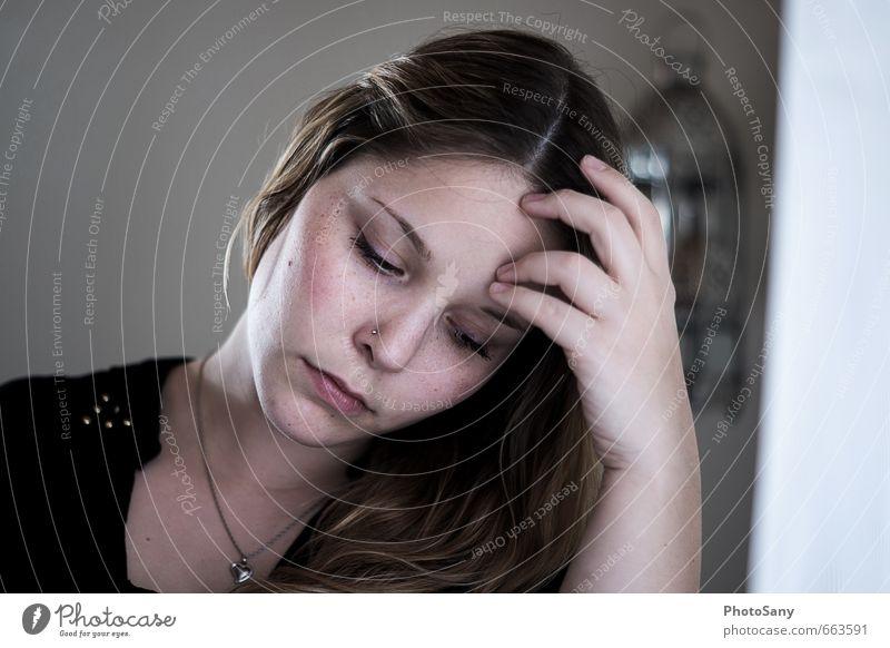 Keine ruhe, zu viele Gedanken. feminin Junge Frau Jugendliche Kopf Haare & Frisuren Gesicht Auge Nase Mund Lippen Hand 1 Mensch Denken lernen trist schwarz weiß