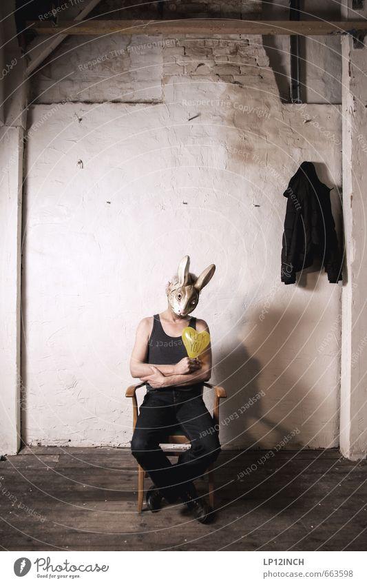 STUDIO TOUR | very much. IV Mensch Mann Stadt dunkel Erwachsene Wand Traurigkeit Mauer träumen sitzen warten 45-60 Jahre Schriftzeichen verrückt Sex Herz