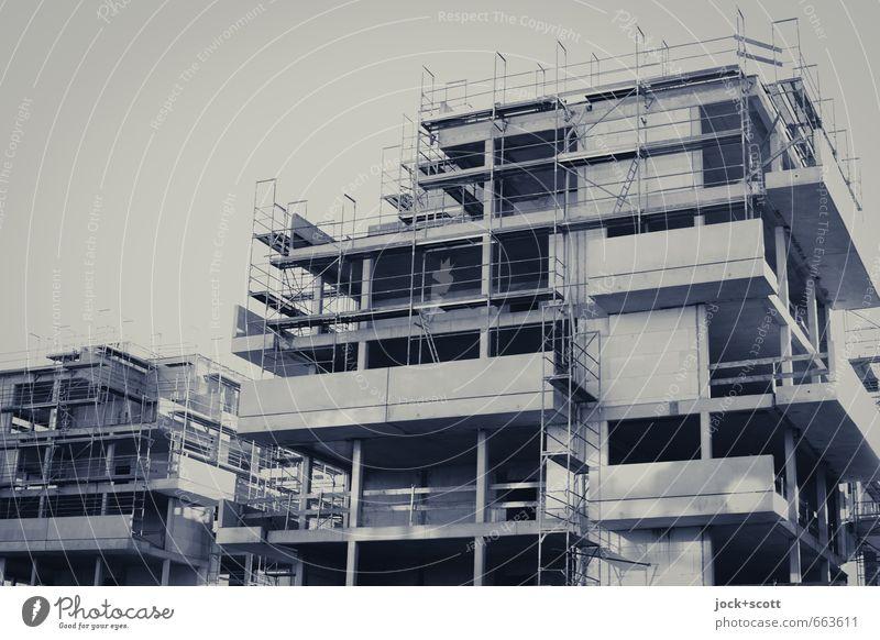 Neubau in der Stadt Baustelle Friedrichshain Architektur Stadthaus Baugerüst Beton eckig modern neu Stimmung Verlässlichkeit gewissenhaft geduldig Fortschritt