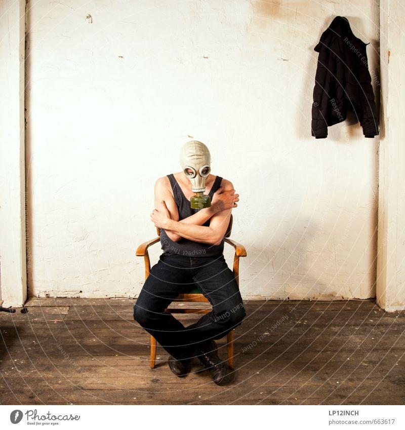 STUDIO TOUR | Zittern vor Angst. III maskulin Körper 1 Mensch 30-45 Jahre Erwachsene 45-60 Jahre berühren sitzen warten bedrohlich retro verrückt gefährlich